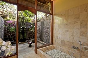 Matahari Beach Resort - Outdoor shower & bathroom