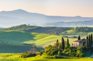 Italy-Beautiful-spring-landscape-in-Tuscany