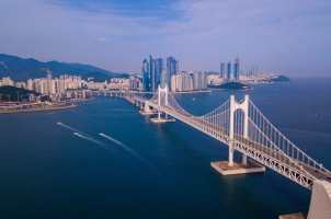 Südkorea - Aerial view of Gwangan bridge and Gwangalli beach in Busan city