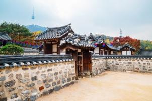 Südkorea - korean traditional house and namsan seoul tower at autumn