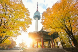 Südkorea - Seoul Tower and chinese pavilion in autumn with morning sunrise seoul city