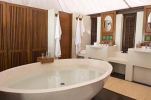 Amanwana - Spa Tent Bathroom