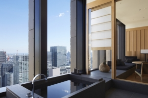 Aman Tokyo - Suite bathroom and lounge