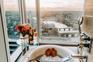 Shangri La Hotel at The Shard - London - Bathtub with a view