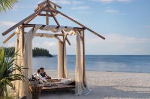 Shangri La's Le Touessrok - Dine at the beach