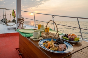 Thailand Soneva Kiri - Sunrise Cruise Breakfast