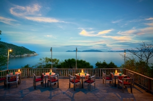 Six Senses Ning Van Bay - Dining by the Rocks