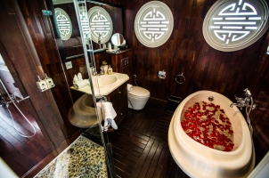 Vietnam The Au Co Cruise - Au Co Suite Bathroom